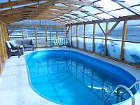 venkovní krytý bazén - vila k pronájmu Zubří u Nového Města na Moravě