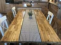 Vybavená kuchyň s velkým jídelním stolem - Růžená