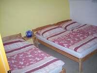 2. třílůžková ložnice + dětská postýlka
