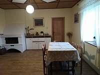 kuchyň s krbem a jídelním stolem - pronájem chalupy Lhota-Vlasenice
