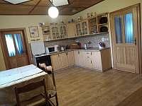 kuchyň s novou podlahou - chalupa k pronajmutí Lhota-Vlasenice