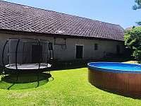 uzavřený dvůr s bazénem a trampolínou - chalupa ubytování Lhota-Vlasenice