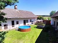 uzavřený dvůr s posezením, bazénem a trampolínou - chalupa k pronájmu Lhota-Vlasenice