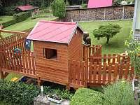 dětské hřiště (houpačky+skluzavky+pískoviště) - chata k pronájmu Březiny