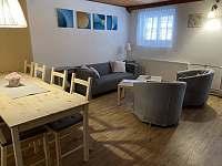 obývací pokoj s jídelním koutem - chata ubytování Březiny