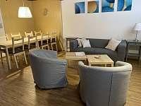 obývací pokoj s jídelním koutem - chata k pronájmu Březiny
