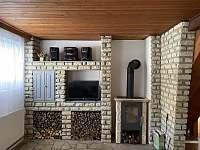 obývací pokoj s krbovými kamny - pronájem chaty Březiny