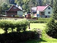 pohled na chatu od řeky - ubytování Březiny