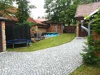 Dvůr s bazénem, trampolínu a piskovistem