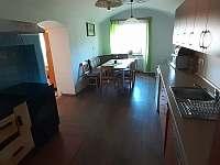 Kuchyň s průchodem do spol.místnosti - pronájem chalupy Jiříkovice