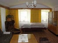 velká spol. místnost je propojená obloukovým průchodem s kuchyní