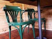 Smolův mlýn - detail stolu s deskou z třešňového dřeva