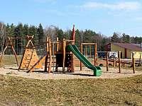 Sportovní areál obce Rváčov nabízí např. dětské hřiště a tenisový kurt zdarma - Vysočina - Rváčov