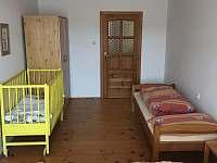 Ložnice 1 - se třemi lůžky a dětskou postýlkou - chalupa k pronájmu Dudín