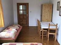 Ložnice 2 - se třemi lůžky a stolem - chalupa ubytování Dudín