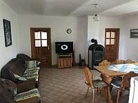 Společenská místnost s kuchyňským koutem a velkoplošnou TV. - chalupa k pronajmutí Dudín