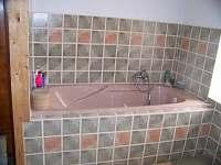 koupelna s vanou - chalupa k pronájmu Havlíčkova Borová