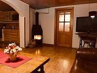 obývací pokoj s krbovými kamny