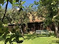 Odpočinek na zahradě - chalupa k pronájmu Kojetice na Moravě