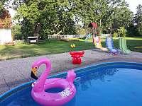 Bazén a herní prvky ve dvoře statku