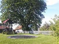 Trampolína a hrací prvky ve dvoře statku