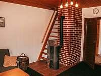 Schody do ložnic v patře jsou poněkud strmější - chata ubytování Hluboká u Trhové Kamenice