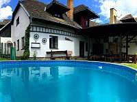 Pohled od bazénu - Dalečín - Hluboké
