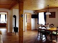 Obytná místnost - chalupa k pronájmu Kameničky