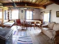 Hlavní místnost s kachlovými kamny - chalupa k pronájmu Javorek