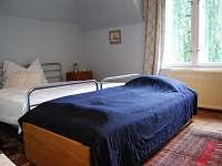 modrý pokoj vedle je obdobný žlutý se starožitnou ložnicí