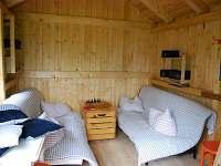 Zahradní domek pro možnost bydlení dětí. Umístěn v zahradě mimo vilu