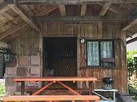 zahradní domek s venkovním posezením a grilem - chalupa k pronajmutí Hamry nad Sázavou