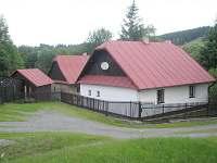 Celkový pohled s parkovištěm - chalupa ubytování Svratka - Moravská Cikánka