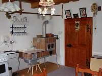 Kuchyň s kachlovými kamny - chalupa k pronájmu Svratka - Moravská Cikánka
