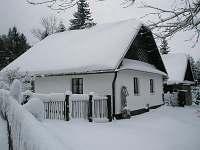 Obytná budova a část zahrady v zimě - chalupa ubytování Svratka - Moravská Cikánka