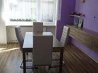 jeden ze dvou jídelních stolů - Herálec