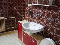koupelna s vanou v 1. patře - chalupa k pronájmu Herálec