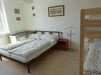 pokoj (1) se nachází v přízemí a je určen pro čtyři osoby - pronájem chalupy Herálec