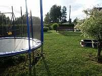 venkovní dětské hřiště, oplocený bazén - chalupa k pronajmutí Herálec