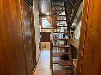Schody do podkroví - chata k pronájmu Třebíč