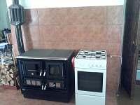 Kuchyňské sporáky (dřevo, plyn) - chalupa k pronajmutí Útěchovice u Hořepníka