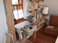 Knihovna s křeslem na čtení - Meziklasí
