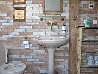 Koupelna v patře - chalupa k pronajmutí Meziklasí