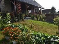 Pohled ze zahrady na stodolu - Meziklasí