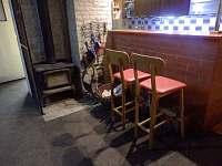 bar pult,umístění krbu - pronájem chaty Polička
