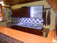 kuchyňka s barem - chata k pronájmu Polička