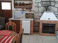 Letní kuchyň s krbem - možnost využití i v chladnějším počasí