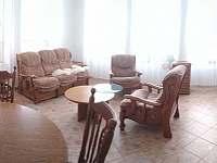 Obývací pokoj s rozkládací sedací soupravu