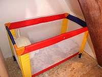 dětská postýlka v ložnici v 1. poschodí