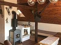 Obývací pokoj, krbová kamna - chalupa ubytování Kundratice